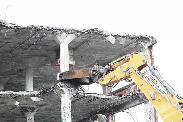 Wyburzenie starego domu – poradnik