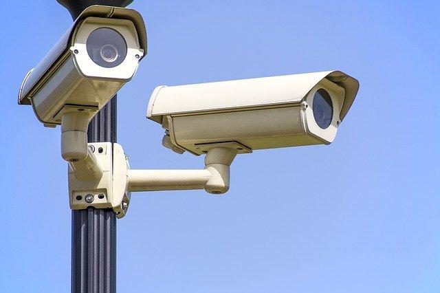 Rozważamy zainstalowanie monitoringu w mieszkaniu – na co trzeba zwrócić uwagę, wybierając kamery?
