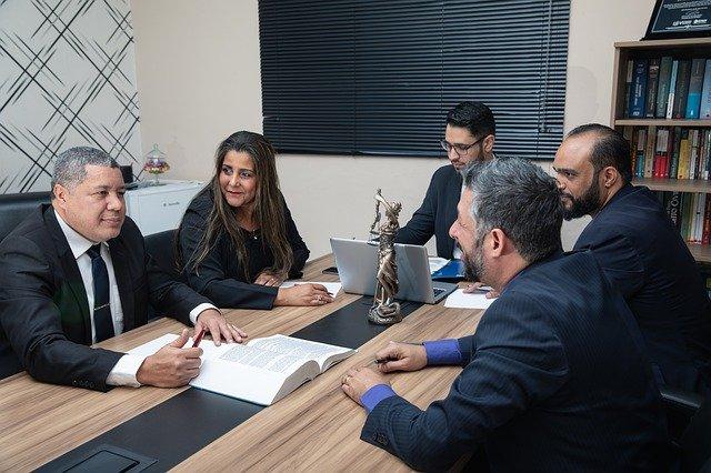 W jakich przypadkach warto skorzystać z usług dobrego adwokata?